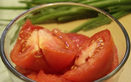 Cà chua bổ miếng nhỏ