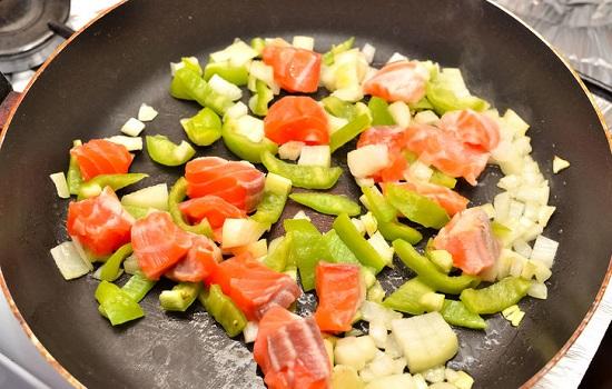 Cho các nguyên liệu rau củ vào xào