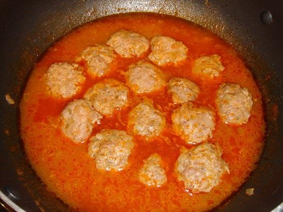 Làm nước sốt cà chua rồi cho xíu mại vào đun cùng