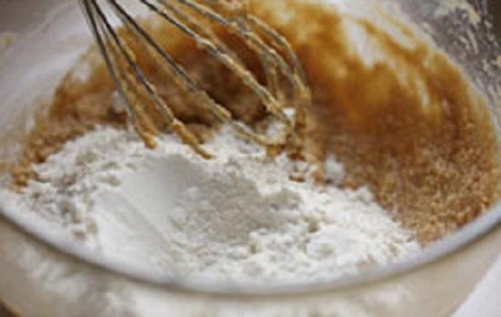 Cho bột mỳ cùng các nguyên liệu vào tô trộn đều