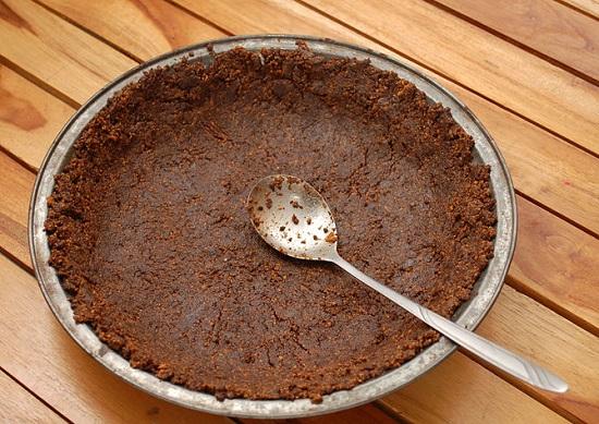 Đổ hỗn hợp bánh vào một cái khuôn bánh hình tròn