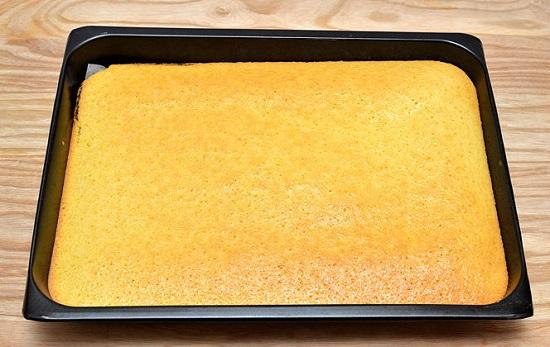 Cho bánh vào khuôn nướng chín