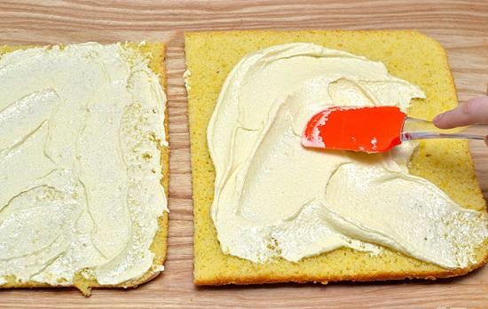 Phết đều nhân kem lên cả hai miếng bánh