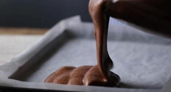 Đổ hỗn hợp vào khay nướng