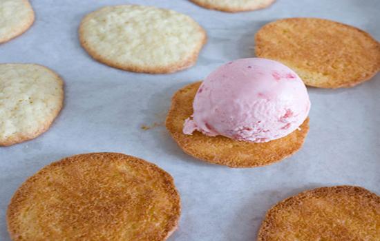 Lấy một miếng bánh múc kem lên trên rồi úp miếng bánh thứ hai lên kem