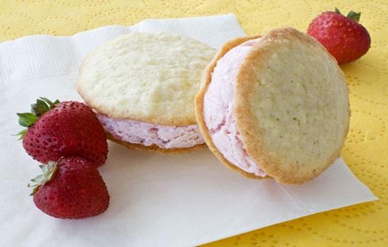 Bánh dừa kẹp kem mát lạnh cho ngày hè