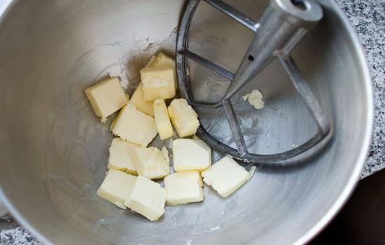 Cho bơ vào đánh nhuyễn