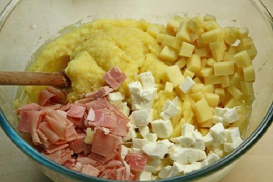 Cho khoai tây cùng các nguyên liệu vào tô trộn đều