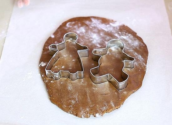 Dùng khuôn bánh hình người ấn mạnh lên miếng bánh