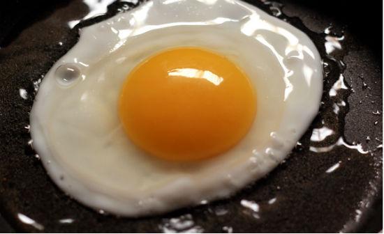 Trứng đập vào chảo và ốp la