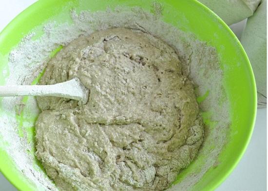 Cho hỗn hợp bột mì và bột lúa mạch vào bát men