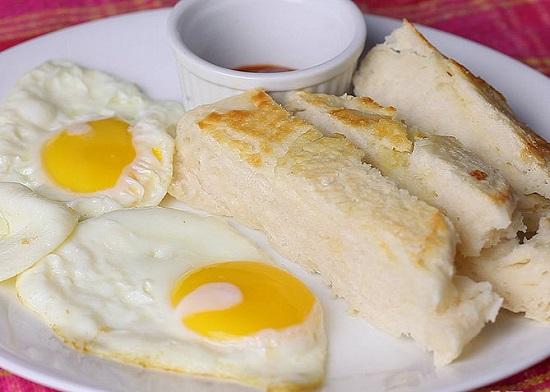 Ăn bánh mì nướng cùng trứng gà ốp lết