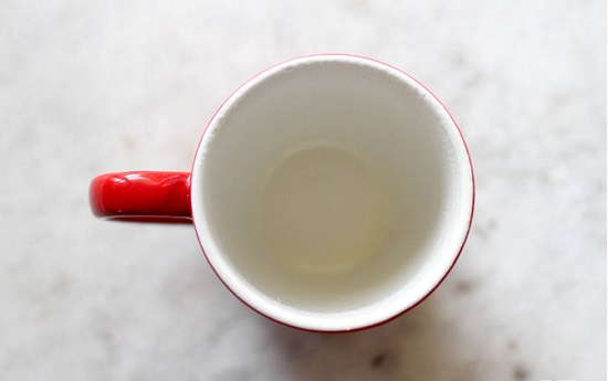 Cốc sứ rửa sạch và lau khô