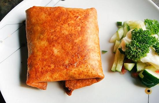 Món bánh ngô cuốn thịt gà Chimichanga