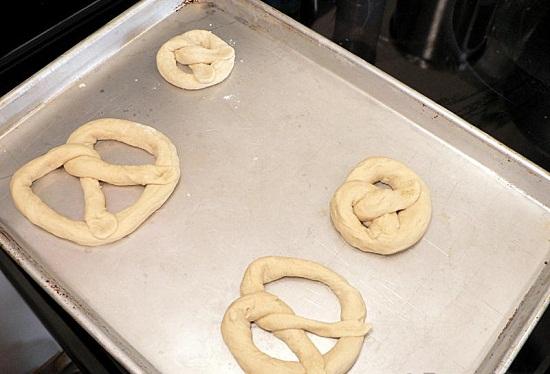 Đặt những miếng bột đã xoắn vào khay nướng bánh