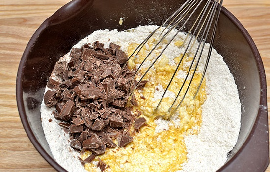 Cho hỗn hợp thứ nhất cùng socola đen vào bát hỗn hợp thứ hai