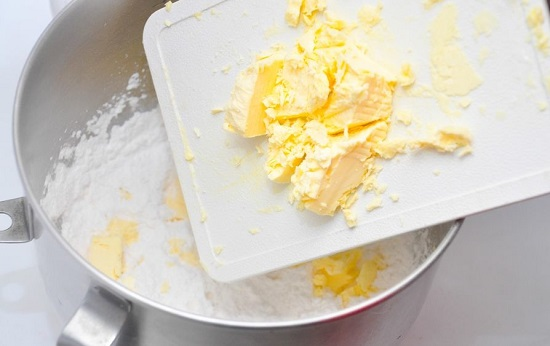 Cho bơ đã dặm mềm vào bát bột