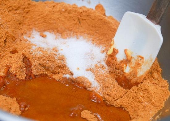 Cho vụn bánh quy bơ tan chảy cùng đường cát trắng vào tô trộn đều
