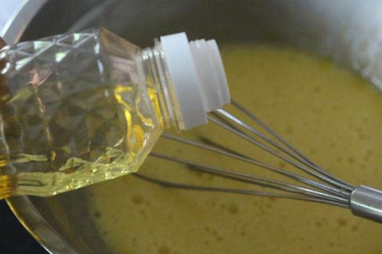Đánh đều lòng đỏ trứng gà thêm dầu thực vật vào