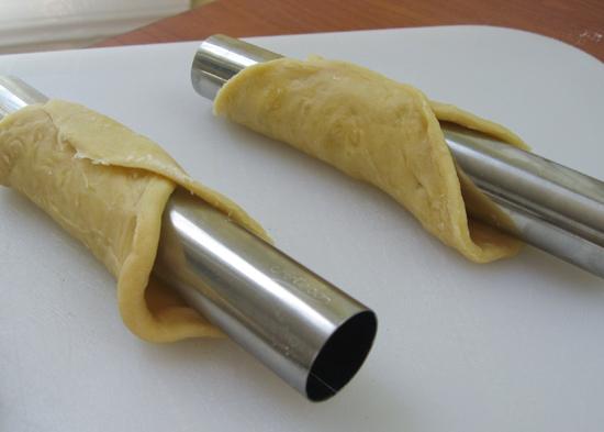 Lấy miếng bột cuộn tròn vào một cái ống