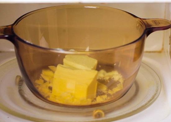 Cho socola trắng vào trong nồi thủy tinh đặt vào lò vi sóng