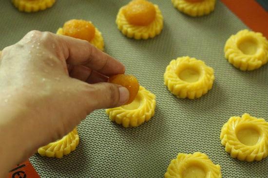 Đặt bánh lên khay nướng cho mứt dứa vào giữa bánh