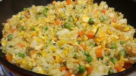 Cho cơm cùng các loại rau củ vào nước sốt