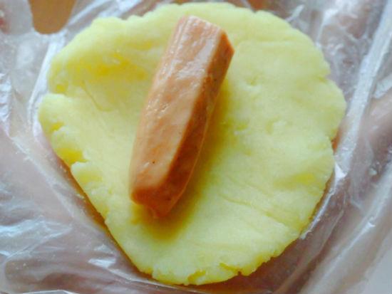 Khoai tây ấn dẹt rồi đặt xúc xích hun khói vào giữa