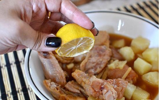 Vắt nước cốt chanh vào bát cánh gà