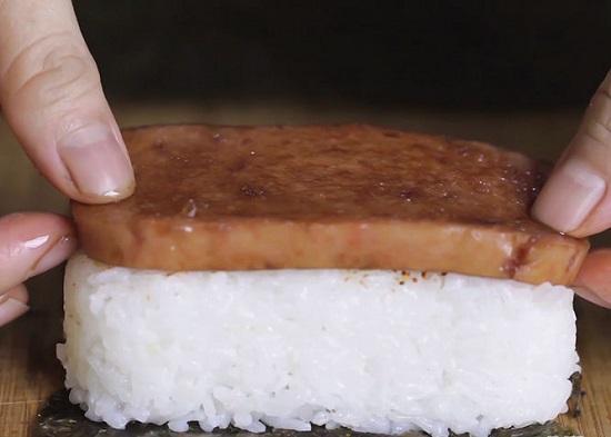 Đặt một miếng thịt lên trên phần cơm