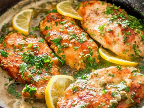 Thịt gà thái miếng vừa ăn xếp ra đĩa rồi rưới nước sốt lên