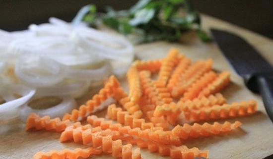 Sơ chế cà rốt và hành tây