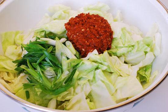Cho bắp cải và các nguyên liệu vào tô