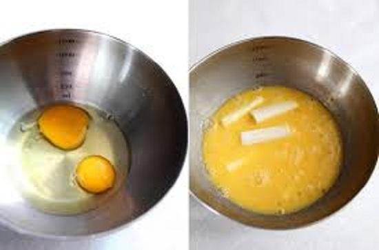 Trộn đều trứng và phô mai vào bát