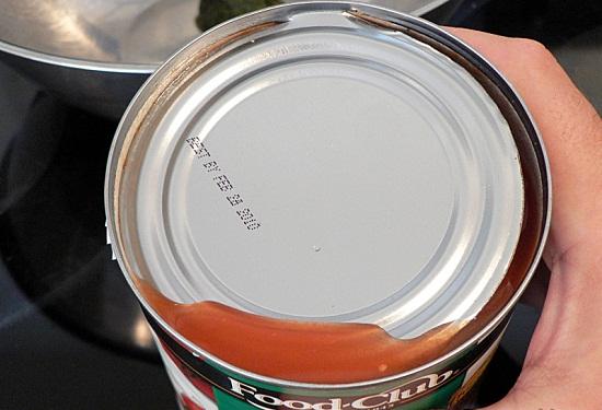 Tách miệng lon cà chua đóng hộp