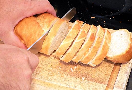Cắt bánh mì thành các lát