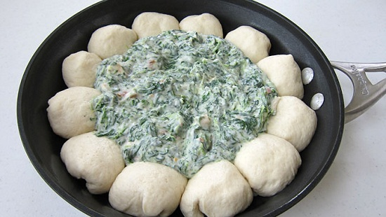 Xúc hỗn hợp rau chân vịt vào giữa vòng bột