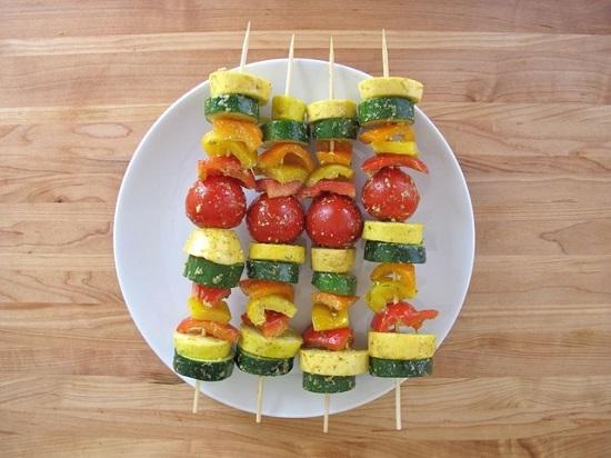 Xiên các loại rau củ vào que tre