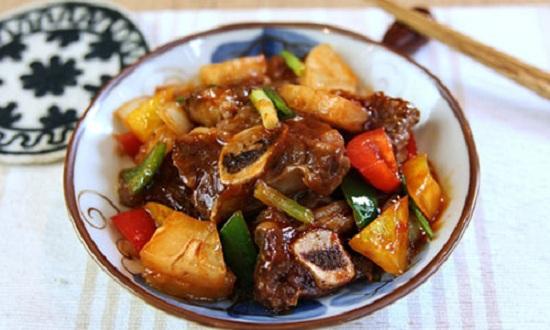 Thưởng thức sườn bò xào chua ngọt với cơm nóng