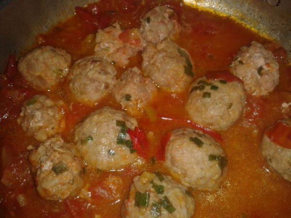 Cho từng viên thịt vào chảo sốt cà chua đun sôi