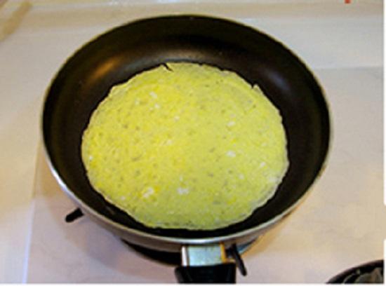 Cho trứng vào tráng mỏng