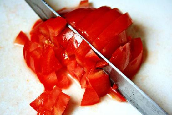 Cà chua cắt thành các miếng nhỏ