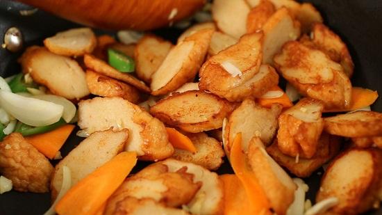 Thêm hành, cà rốt, tỏi và ớt xanh vào chảo chả cá