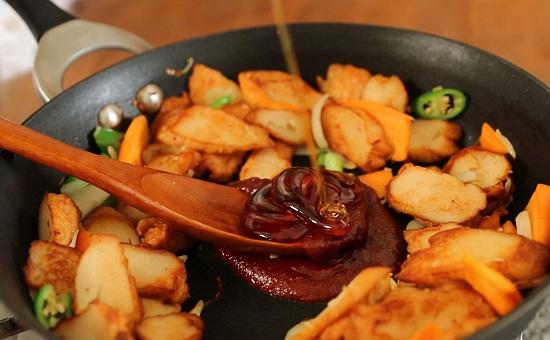 Thêm dầu ăn, sốt ớt cay và mật ong vào giữa chảo