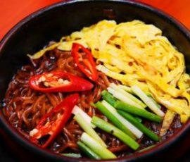 Món mỳ đen trộn nóng cho ngày mưa lạnh
