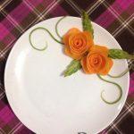 Tỉa cà rốt thành hoa hồng trang trí đĩa ăn