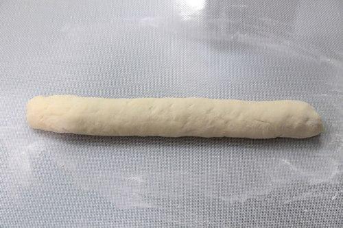 Lăn bột tạo thành một khúc gỗ dài