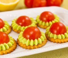 Trang trí bánh quy bằng hoa quả độc đáo