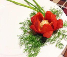 Cách tỉa hoa ớt chuông cho bàn ăn thêm rực rỡ