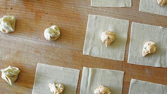 Xúc hỗn hợp cream cheese đã trộn vào giữa miếng gói